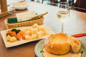 ふらのワインハウスのチーズフォンデュと、ふらの白ワイン
