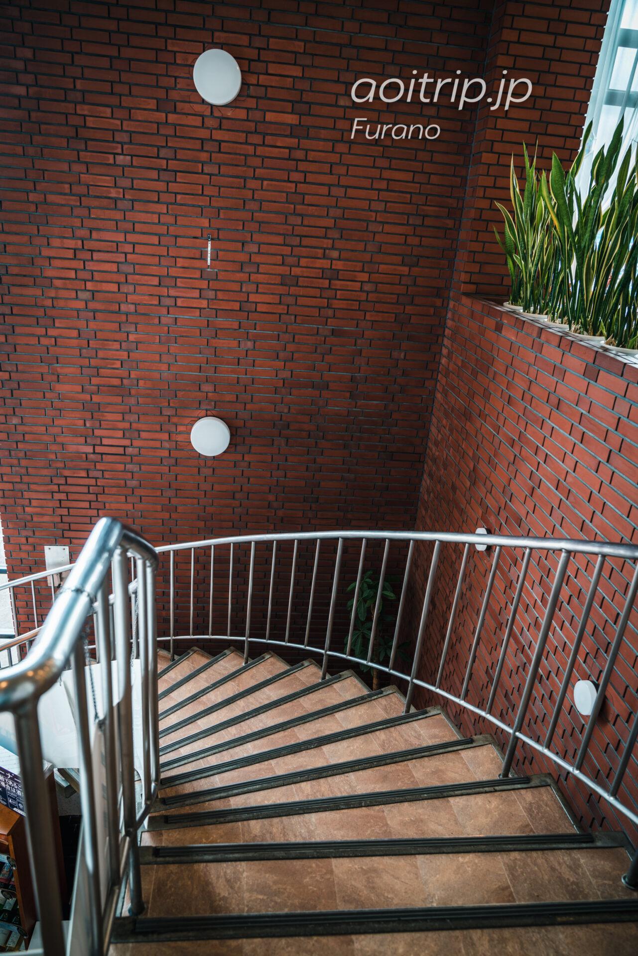 ふらのワインハウスの店内、北の国からの撮影スポット螺旋階段