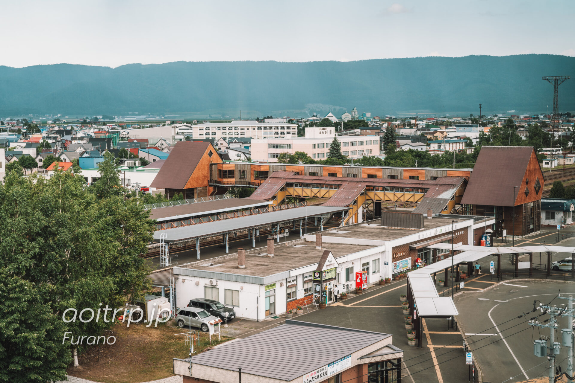 富良野ナチュラクスホテルの客室から富良野駅を望む