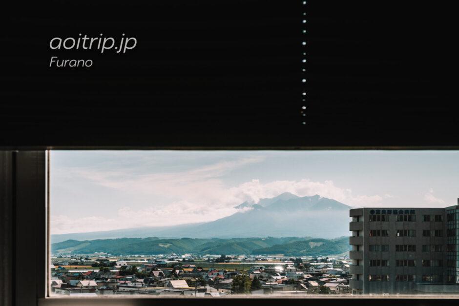 富良野ナチュラクスホテルの客室から前富良野岳を望む