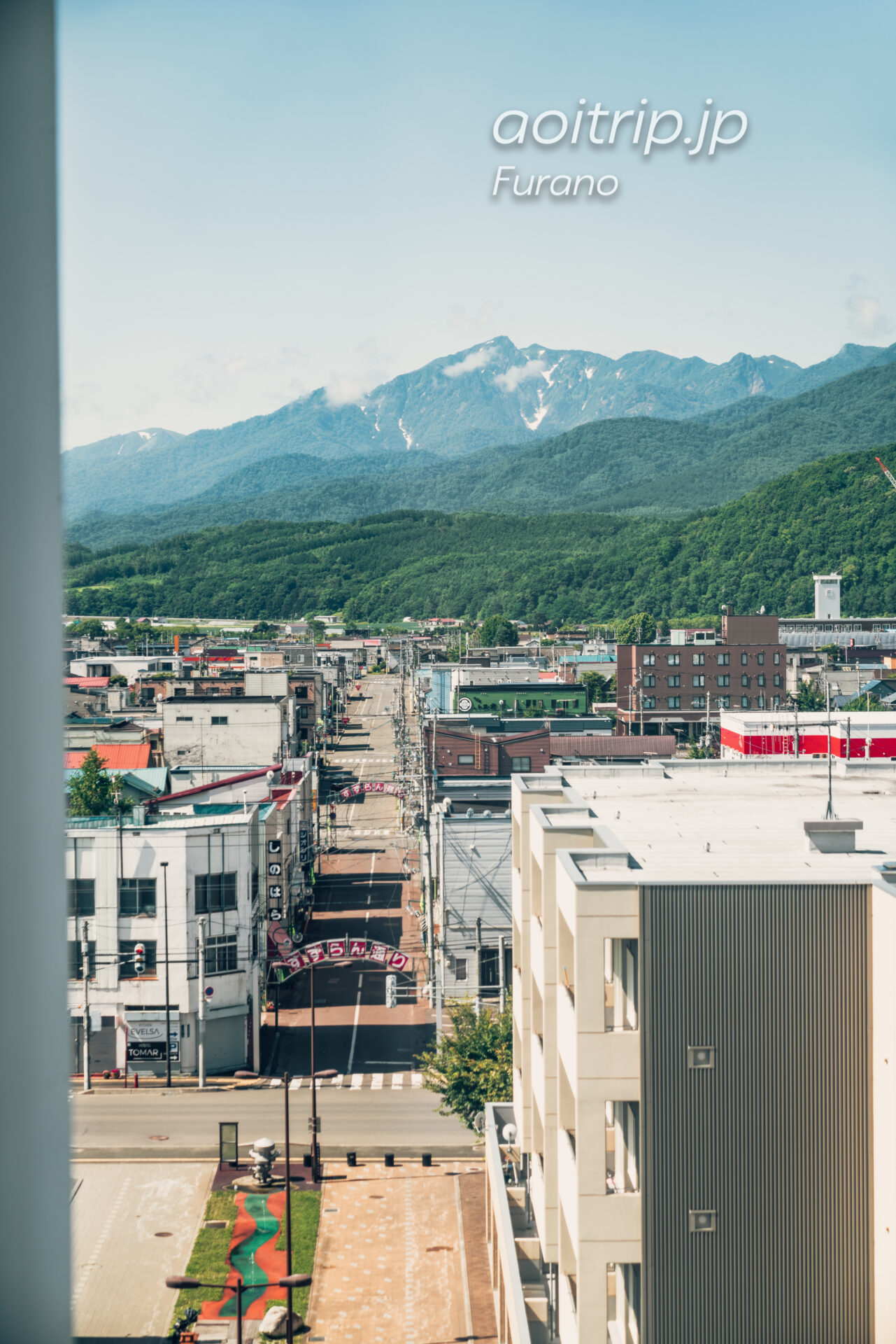 富良野ナチュラクスホテルの廊下からすずらん通りと富良野西岳を望む