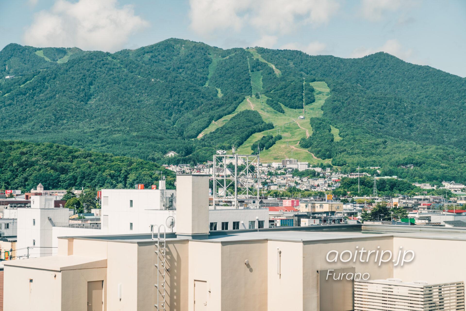 富良野ナチュラクスホテルの廊下から富良野スキー場を望む