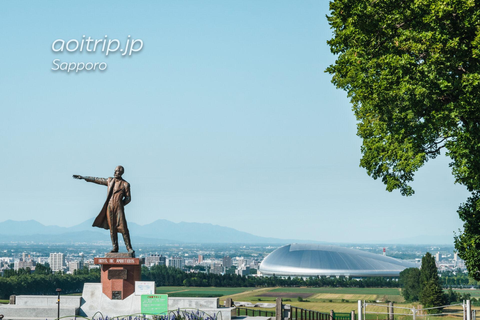 さっぽろ羊ヶ丘展望台 クラーク博士像と札幌ドーム