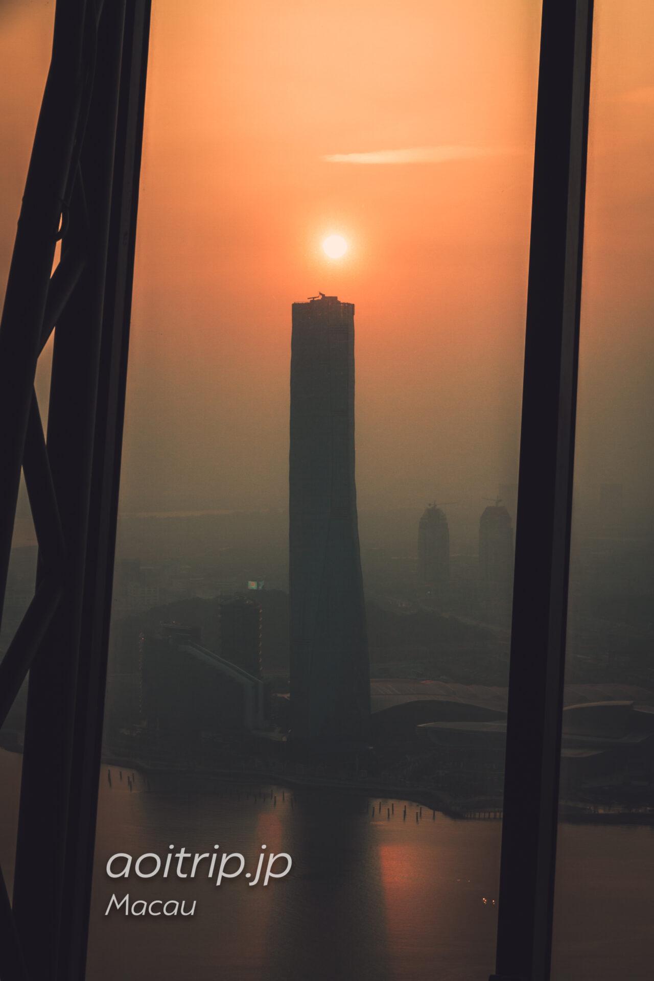 マカオタワーから夕日を望む
