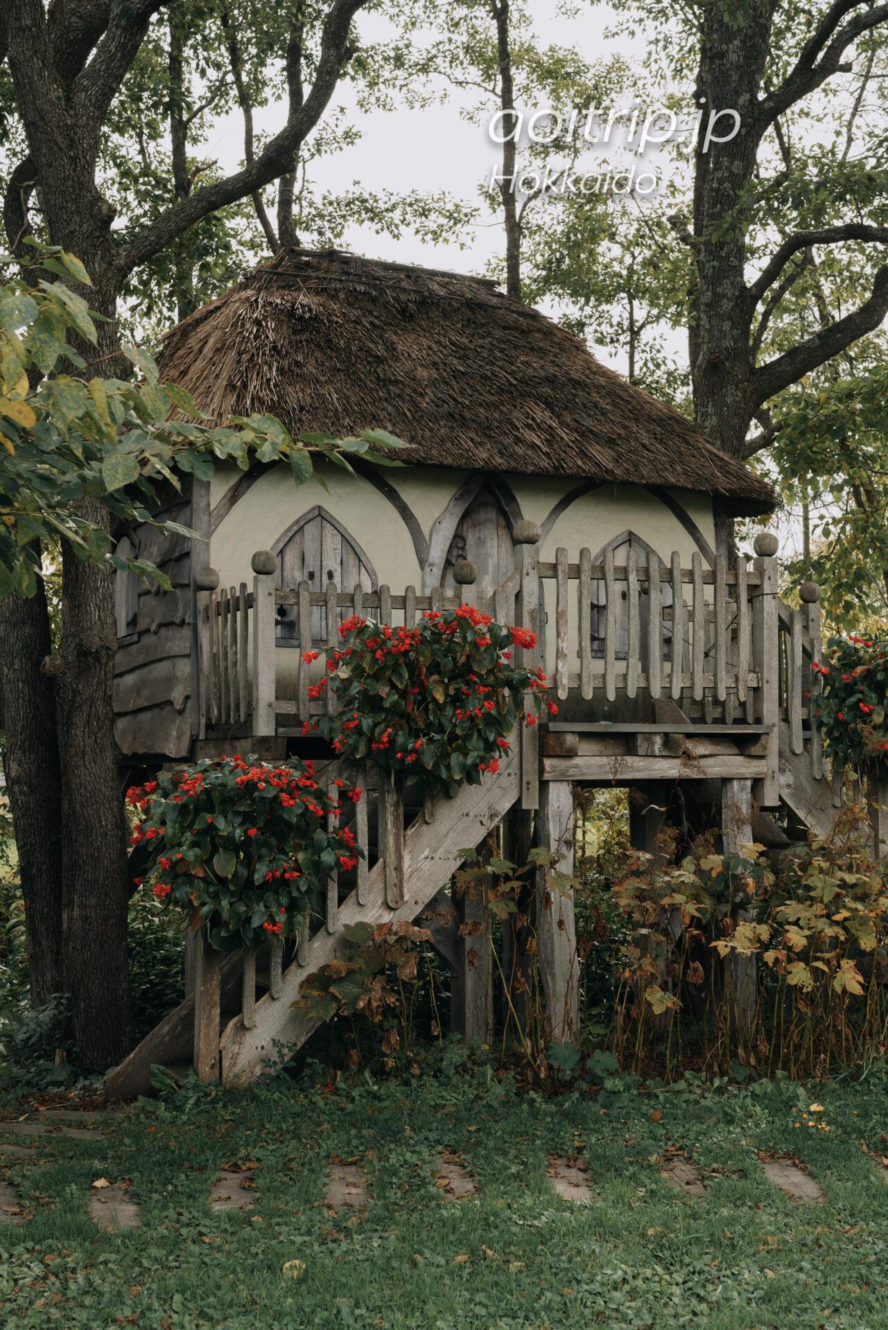 えこりん村 銀河庭園の茅葺き屋根のツリーハウス